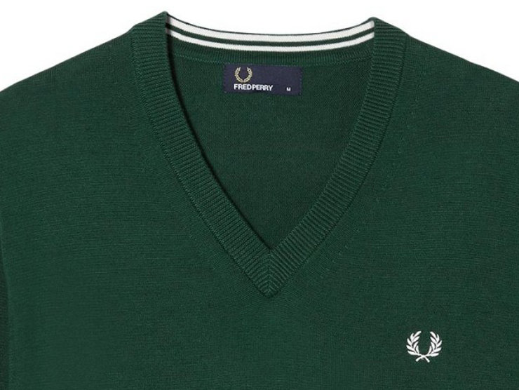 Pullover 'classico' Fred Perry in cotone Pima, con scollatura in rilievo a coste e tipping in contrasto all'interno della stessa, al quale è abbinato l'alloro ricamato sul petto. Anche polsini e orlo sono a coste.