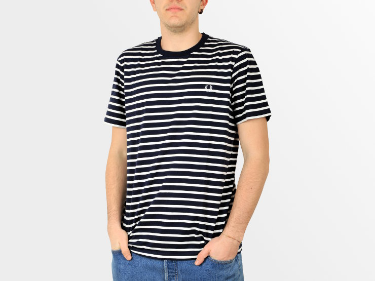 T-shirt Breton Stripe Fred Perry: t-shirt manica corta, in cotone a righe in stile bretone. Il motivo twin tipped è posizionato nella parte posteriore interna della scollatura. Il logo è in tono, ricamato sul petto.