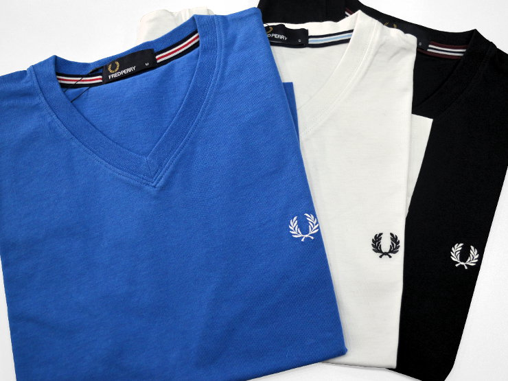 T-shirt manica corta, scollo a V Fred Perry in puro cotone tinta unita, con nastro a coste twin tipped in stile bomber applicato all'interno del collo, nella parte posteriore. Scollo, giromanica e orlo sono a costine e con doppia cucitura. Il logo è ricamato in contrasto