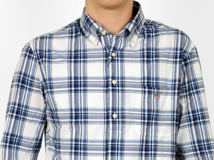 Camicia slim fit, manica lunga, button-down Gant in morbidissimo popeline di cotone, fantasia tartan. L'abbottonatura è con cannolé e parzialmente nascosta. Logo e stemma Gant sono ricamati sul taschino