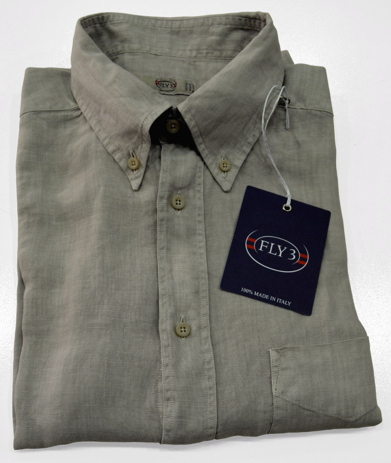 Camicia slim-comfort fit, manica lunga, button-down Fly 3 con cuciture all'inglese, in puro lino tinto in capo con speciale tintura a pigmento e lavato. Finita con taschino e orlo arrotondato. 100% made in Italy
